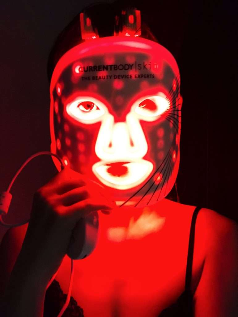 CurrentBody Skin LED光療面膜美容儀在黑暗中使用