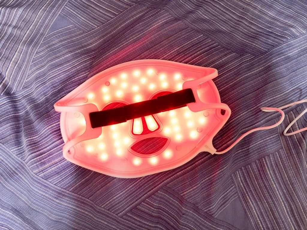 CurrentBody Skin LED光療面膜美容儀使用時的樣子